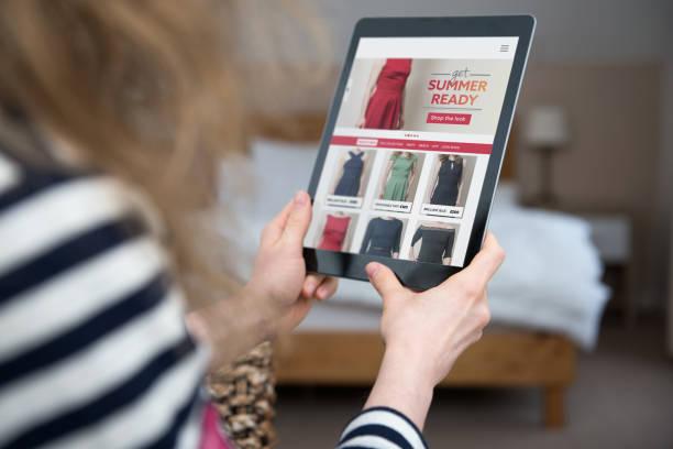 vrouw is op zoek en winkelen bij website sjabloon voor mode online shop. - webshop stockfoto's en -beelden
