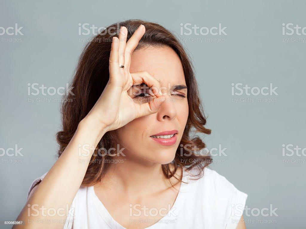 Frau macht monokel mit ihrem finger stock fotografie und mehr