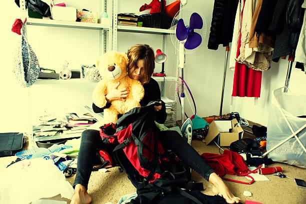 Frau Verpackung Rucksack in einem unschönen Zimmer – Foto