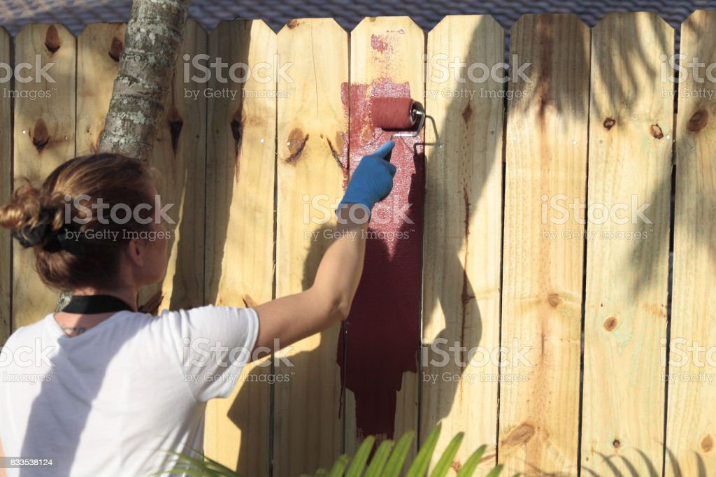 Femme peinture est-elle une clôture. - Photo