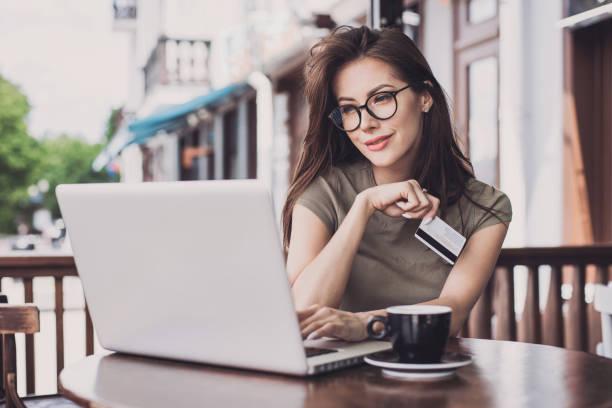 frau ist online-shopping mit laptop-computer und kreditkarte - onlinebanking stock-fotos und bilder