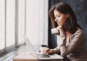 女性のショッピングオンラインでは、ノートパソコン