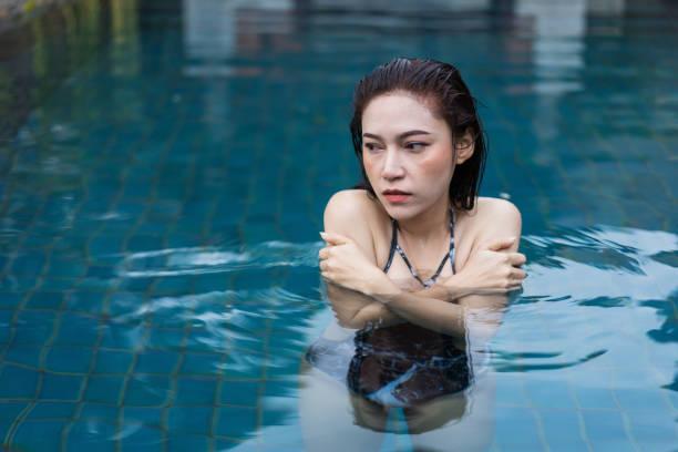 Frau schwimmt in einem kalten Tauchbecken – Foto