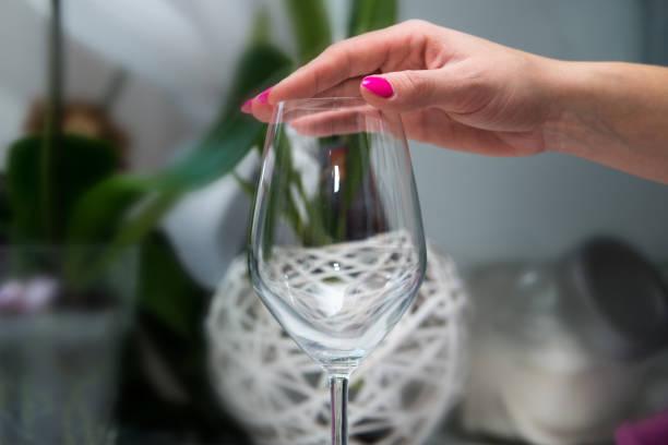 eine frau berührt ein glas schuld. - whisky test stock-fotos und bilder