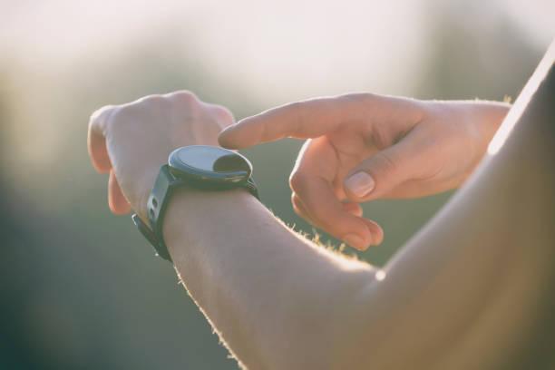 Frau nutzt die smartwatch – Foto
