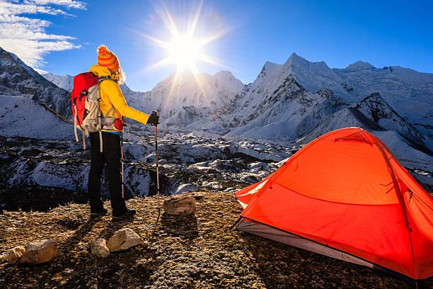 frau bei sonnenaufgang im himalaya, mount everest national park - zelt stehhöhe stock-fotos und bilder