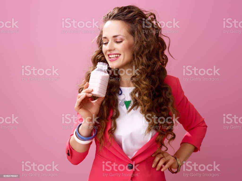 Frau isoliert auf rosa Hintergrund trinken Bauernhof Bio-Joghurt – Foto