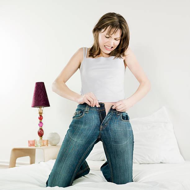 frau jeans nicht zu eng anliegende passform - damen hosen für mollige stock-fotos und bilder