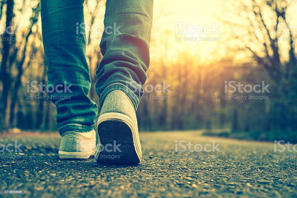 Frau in jeans und sneaker und Schuhe – Foto