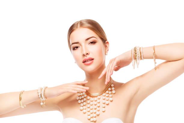 kvinna smycken, guld pärla smycken armband och halsband, mode modell skönhet porträtt - hand gold jewels bildbanksfoton och bilder