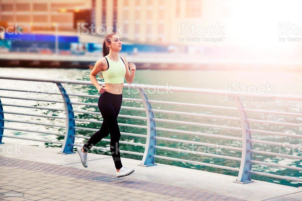 Frau Joggen in Dubai Marina. – Foto