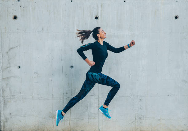 frau joggen in der stadt - joggerin stock-fotos und bilder
