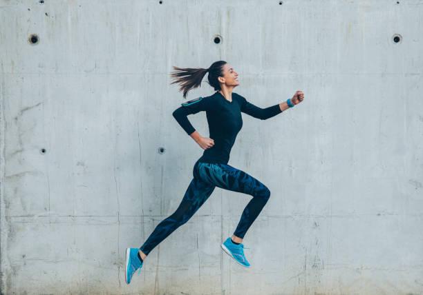 woman jogging in the city - young woman running city imagens e fotografias de stock