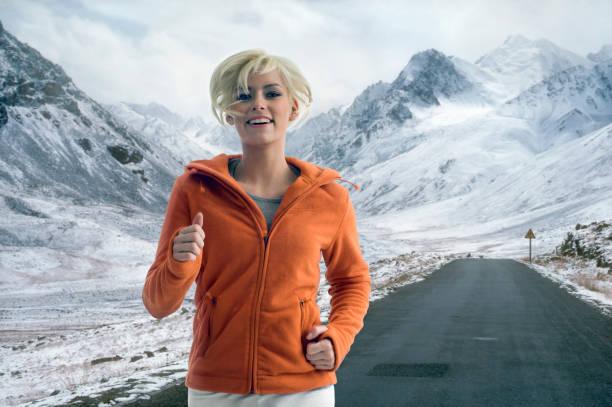 Frau Joggen auf schneebedeckte Berge Road – Foto