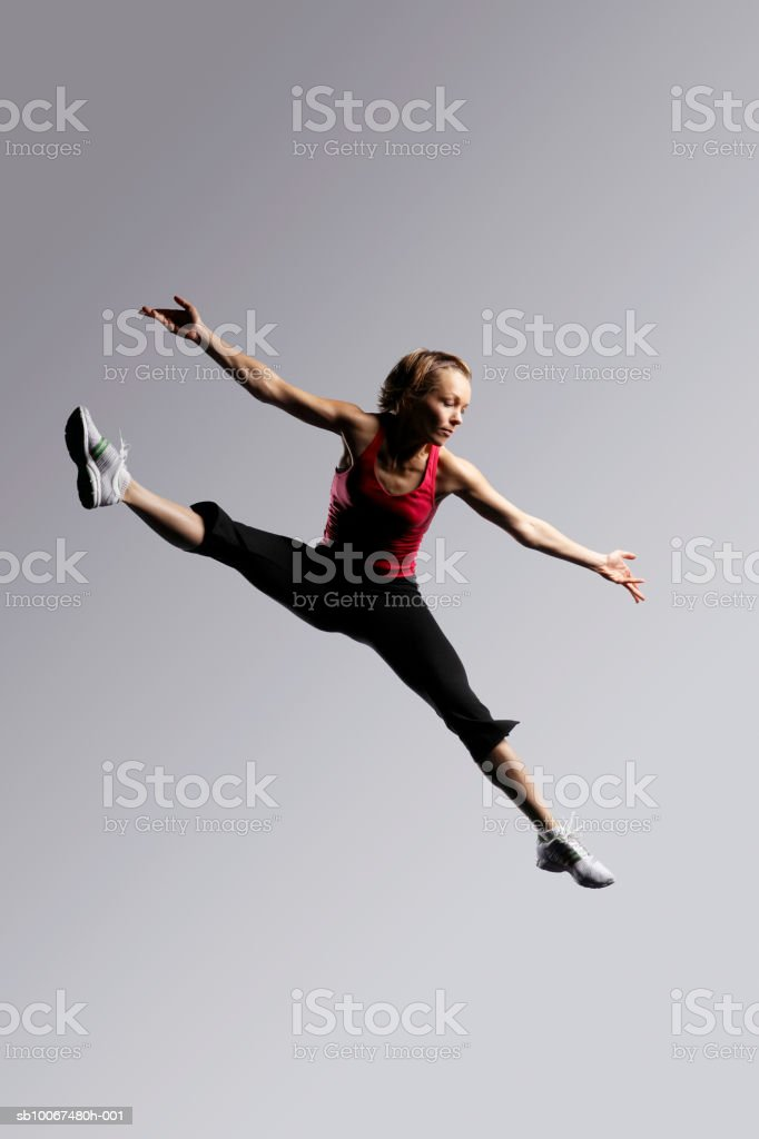 Woman jumping, arms out foto royalty-free