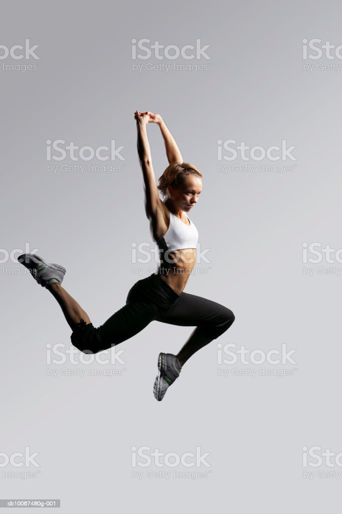 Woman jumping, arms up photo libre de droits