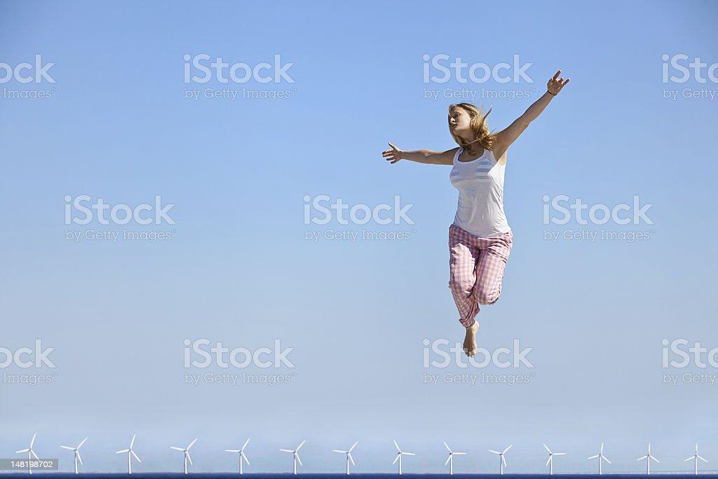 Femme sautant de joie sur Eoliennes - Photo