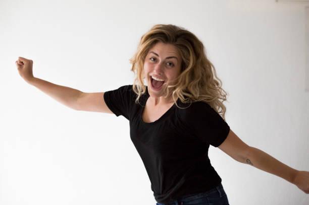 Frau springt in Aufregung – Foto