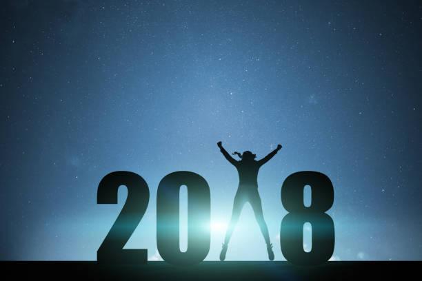 springende frau neujahr 2018 - gute nacht text stock-fotos und bilder