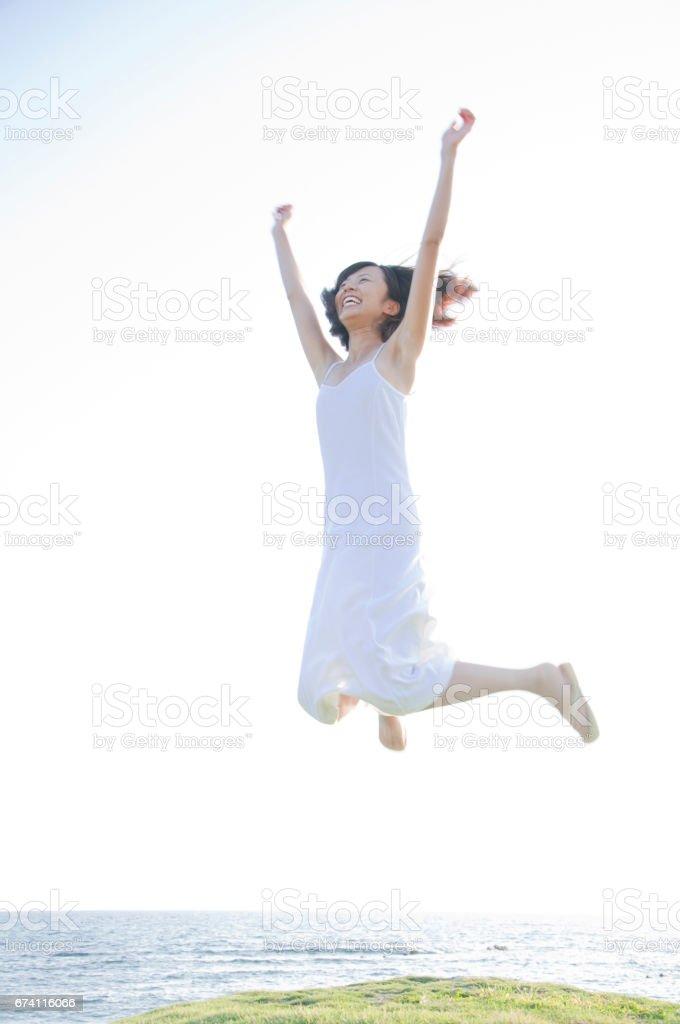 女人在沙灘上跳躍 免版稅 stock photo