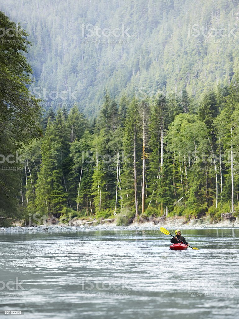 Donna in kayak lungo il fiume. foto stock royalty-free