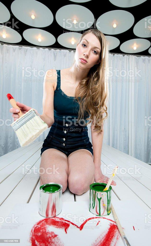 Mujer Arrodillarse en la Tabla painting heart XXL foto de stock libre de derechos
