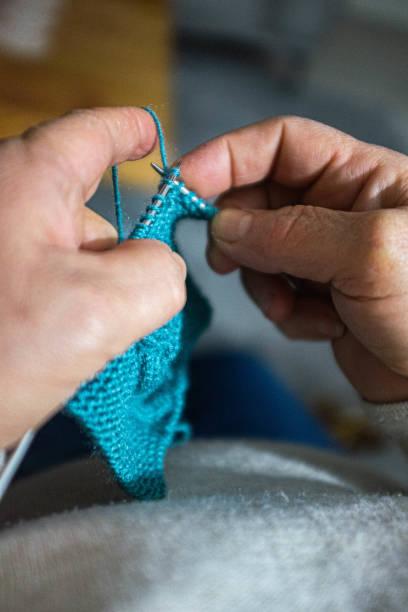 Frau strickt Schal – Foto