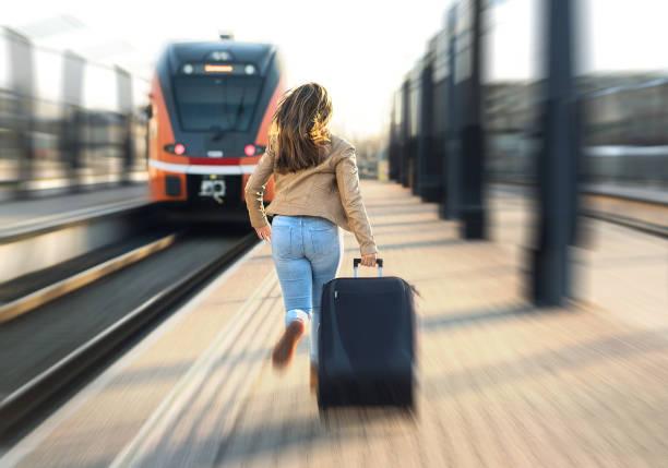 tren geç gelen kadın. çalışan ve bırakarak takip turistik tren i̇stasyonu içinde. bavul platformunda çekerek stres insan. - sefer tarifesi stok fotoğraflar ve resimler