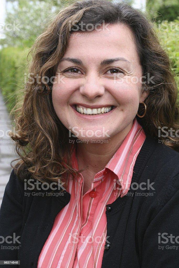 Donna, ridendo, capelli arricciati, quarant'anni foto stock royalty-free
