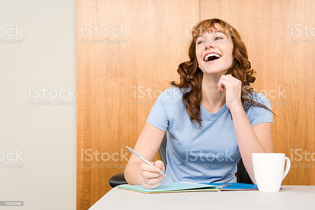 レッドヘア子羊笑う若い女性 ロイヤリティフリーストックフォト