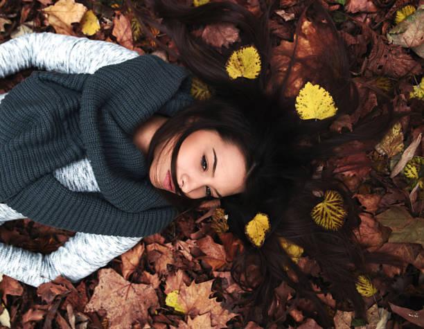 Mujer que descansan en hojas - foto de stock