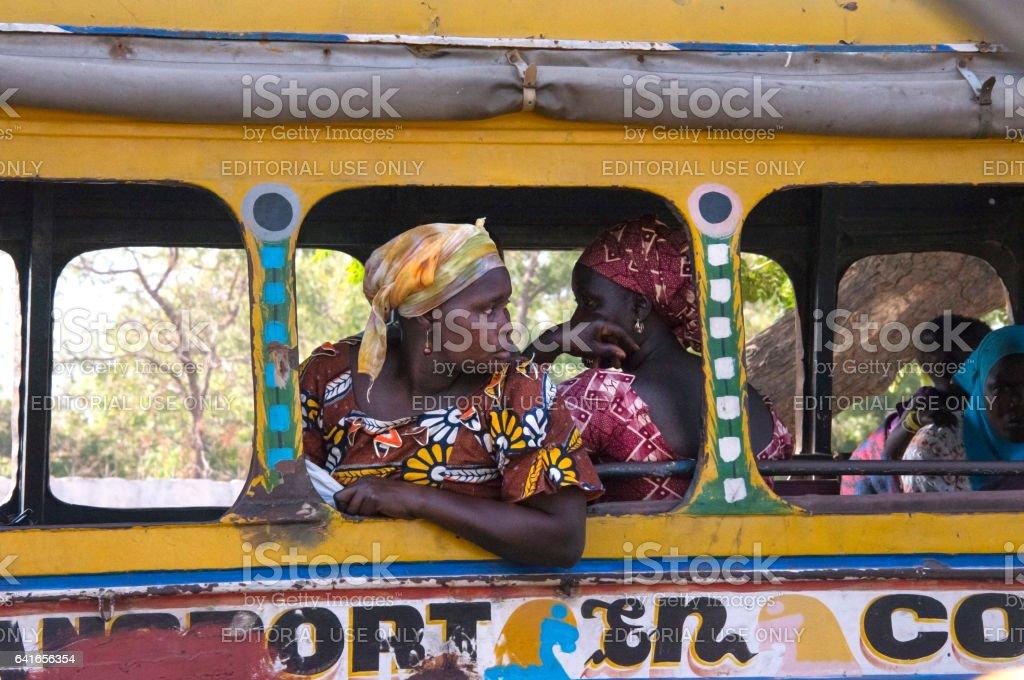 Mujer, apoyado en un autobús de Dakar - foto de stock