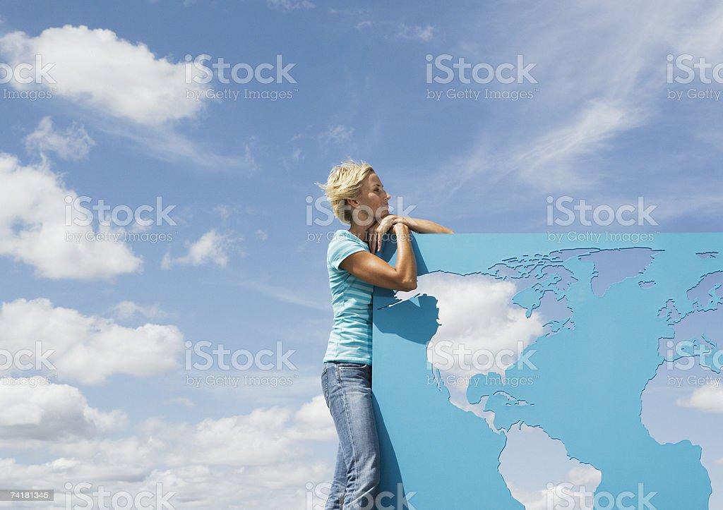 Mulher, Inclinar-se no mapa do mundo ao ar livre foto de stock royalty-free