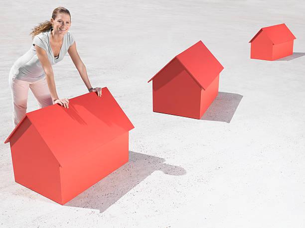 Frau schiefen über model Häuser – Foto
