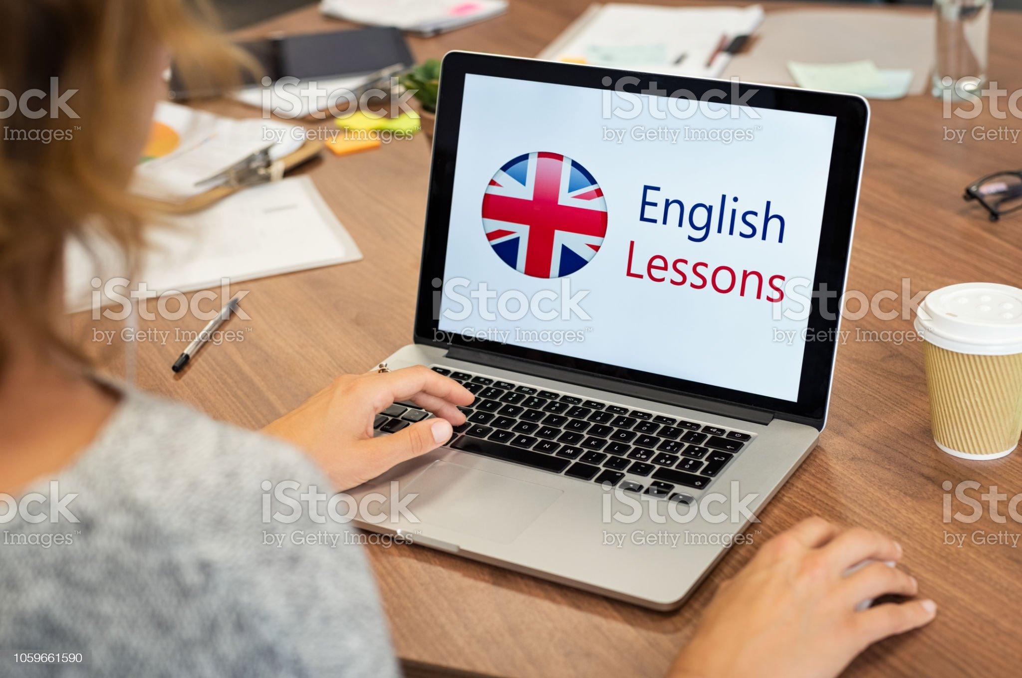 Mujer aprendiendo inglés en línea - Foto de stock de Inglés libre de derechos