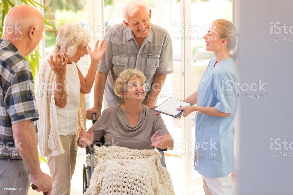 Femme quittant l'hôpital - Photo
