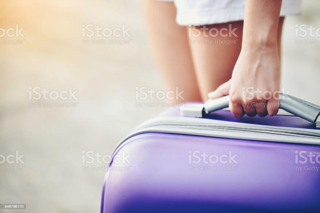 Frau mit lila Gepäck Bein und bereit, zu verlassen. – Foto