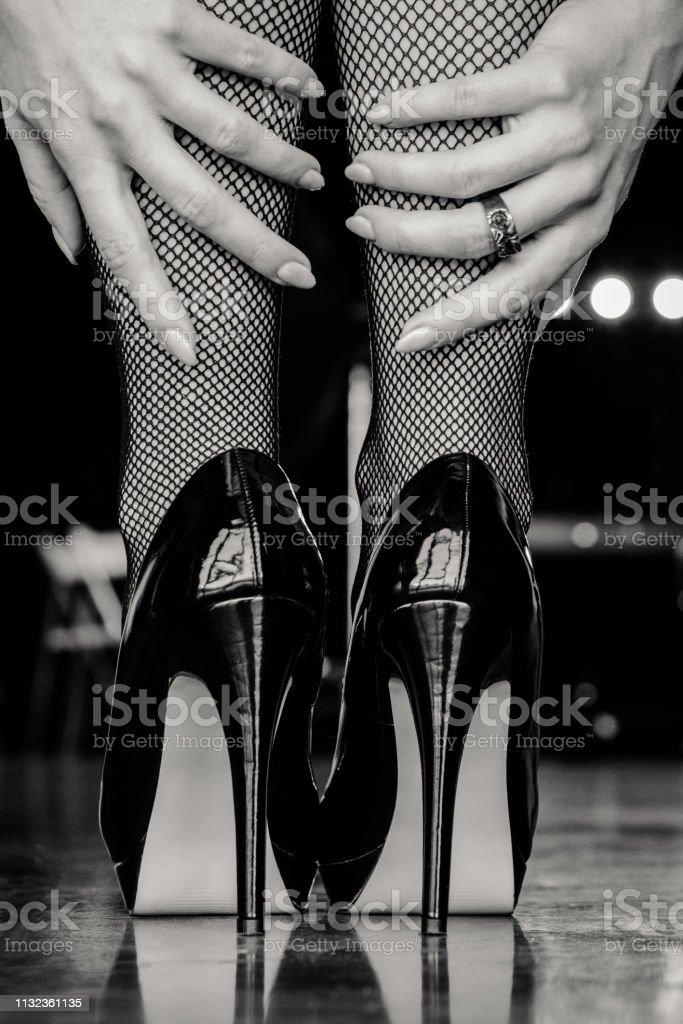 0068dbbed Piernas De Mujer En Medias Negras Y Zapatos De Tacón Alto Foto de ...
