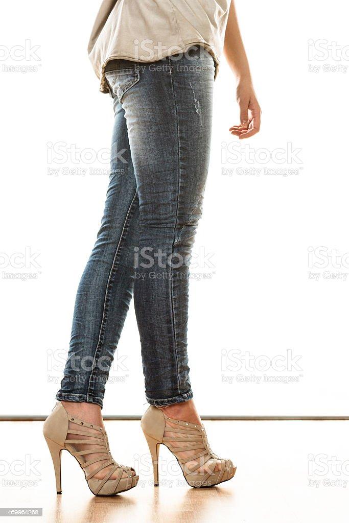 Predictor minerale fare i compiti  Donna Con Le Gambe In Jeans Pantaloni Tacchi Alti Scarpe - Fotografie stock  e altre immagini di 2015 - iStock