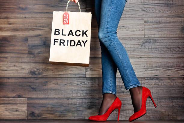 frau-beine in jeans und roten high heels feiert schwarzen freitag urlaub - dresses online shop stock-fotos und bilder
