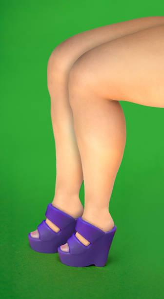 frau-beine in pantone ultra violet plastikspielzeug keilabsatz - ausgefallene mode für mollige stock-fotos und bilder