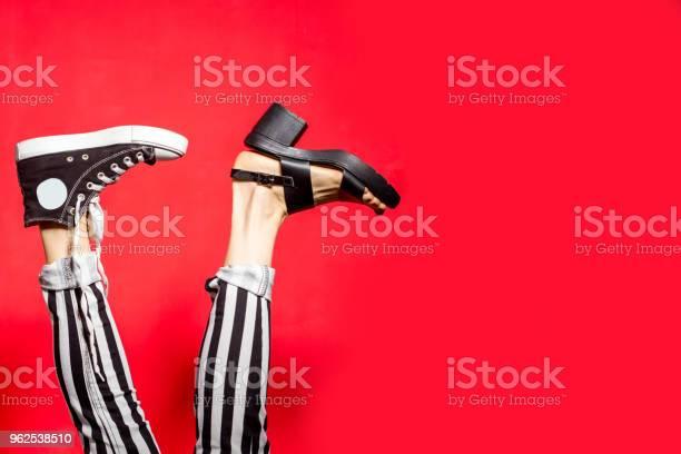 Foto de Pernas De Mulher No Verão Sapatos Isolados Sobre Fundo Vermelho e mais fotos de stock de Acessório