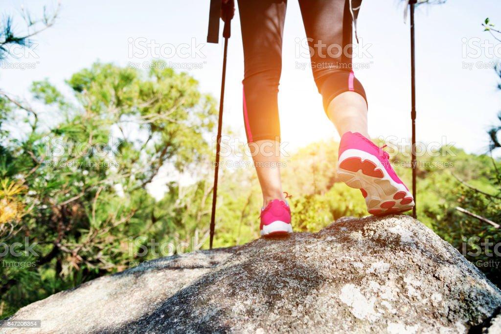 Frau Beine auf der Oberseite des Berges Gipfel Fels – Foto
