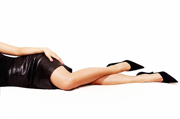 frau beine sexy schwarzen high-heels, isoliert auf weiß. - schwarze hohe schuhe stock-fotos und bilder