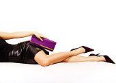 Woman レッグスセクシーなブラックのヒールを合わせて、パープルのハンドバッグます。白で分離。
