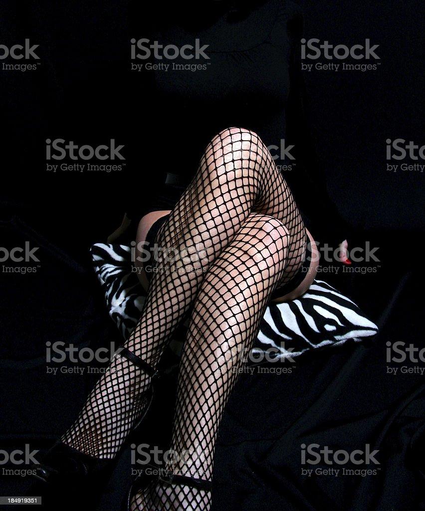 Jambes de femme portant Bas résille - Photo de Jambes croisées au niveau du genou libre de droits
