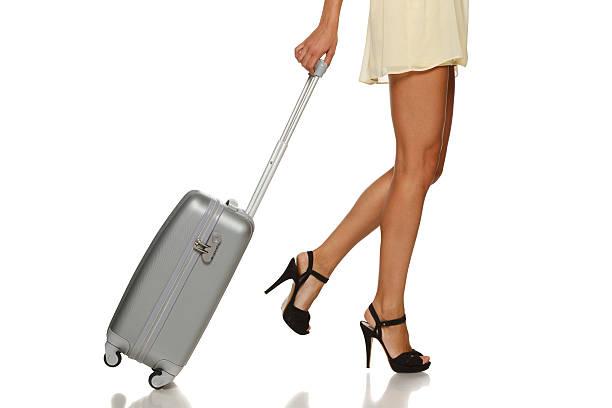 frau beine mit einem koffer - druck chiffon stock-fotos und bilder