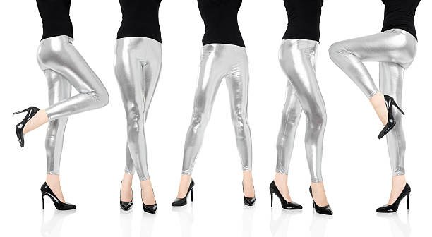 frau beine mit silber leggings hosen dance kollektion - leder leggings stock-fotos und bilder