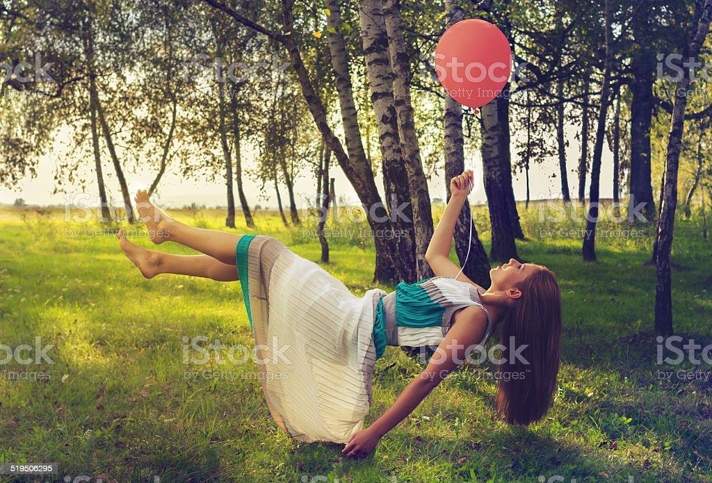 Frau levitating im Wald – Foto