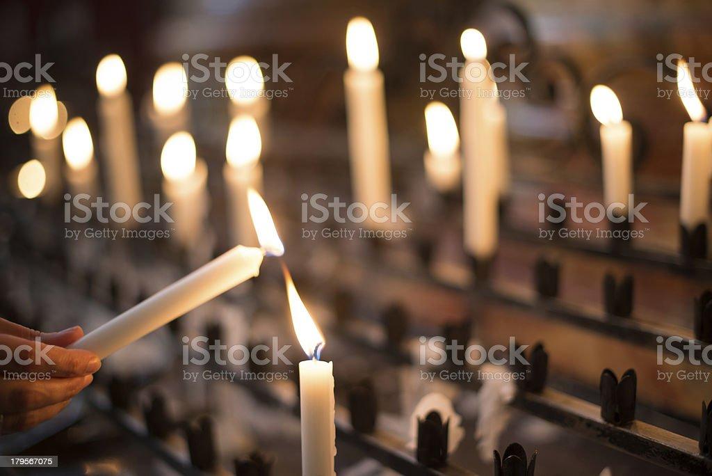 Éclairage bougies de prière femme - Photo
